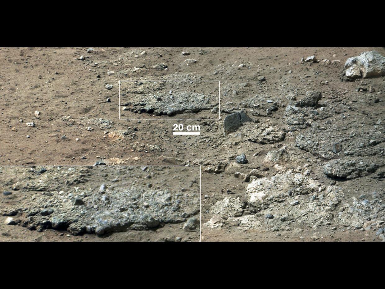 Nye billeder fra den terrængående Mars-rover 'Curiosity' viser sensationelt spor efter vand. Billederne viser små afrundede sten, der hænger sammen som en slags cement. Det tyder på, at stenene er formet af et nu udtørret vandløb. Klik videre og se flere fund.