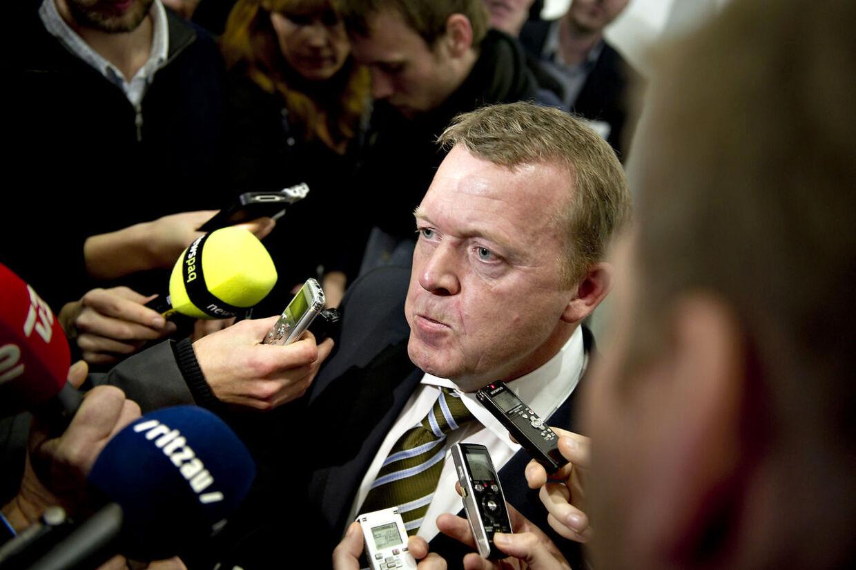 Lars Løkke Rasmussen har vundet succes ved at holde sig ude af den politiske debat under den nye regerings første 100 dage.