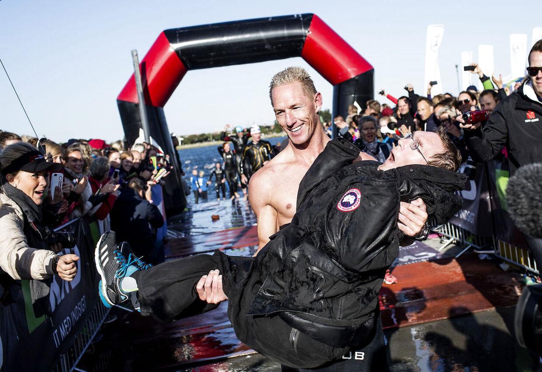 Peder og Steen alias Team Tvilling kommer i land efter svømningen.