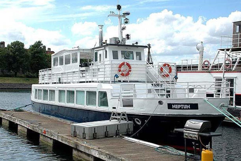 Det er denne husbåd, som Ålen har købt. Billedet er fra sidste gang, den var til salg - under et andet navn.