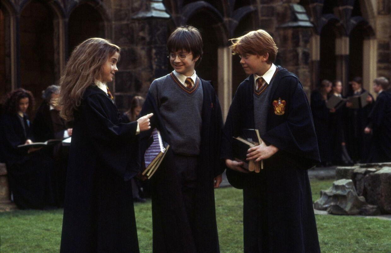 """27. september lander J.K. Rowlings nye bog på boghandlernes hylder. Udgiveren har løftet lidt af sløret for romanens handling. Her ses de tre personer, der tidligere har været i centrum af Harry Potter-bøgerne. Fra venstre mod højre er det Emma Watson som Herminone, Daniel Radcliffe som drengen Harry Potter og Rupert Grint som Ron i eventyrfilmen """"Harry Potter og de vises sten"""" (Harry Potter and the Philosophers Stone)."""