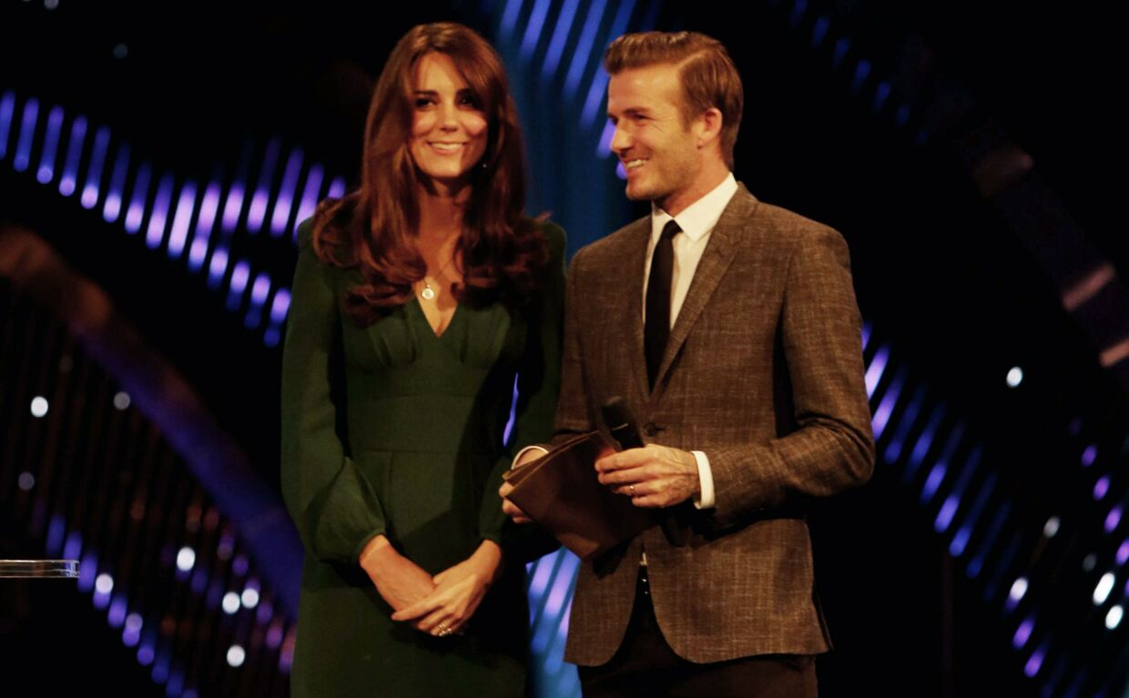 Kate i en situation som mange kvinder vil misunde hende: NUL centimeter fra David Beckham. De to gik på scenen til BBC Sports Personality of the Year-ceremonien i London, hvor Kate overrakte to priser.