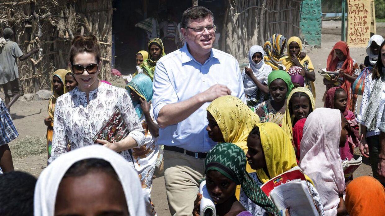 """Kronprinsesse Mary og handels- og udviklingsminister Mogens Jensen (S) besøger den den lokale skole og mødes med """"Pigeklubben"""" der arbejder for uddannelse af piger i Afambo distriktet i Etiopien."""