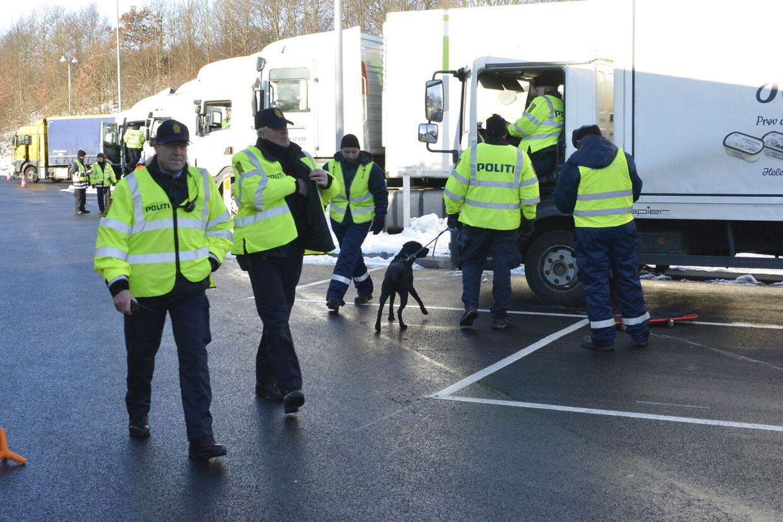 Politiet stoppede alt og alle ved de to totalkontroller på Fyn. Her er det fra rastepladsen i Kildebjerg N, hvor det var lastbilchaufførerne, der måtte stå for skud.