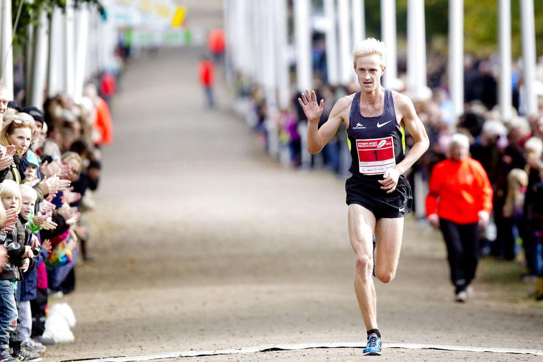 Søndag den 7. oktober 2012 løb mere end 21.000 mennesker Eremitageløbet. Det var 44. gang det 13,3 kilometer lange løb gennem den smukke Dyrehave nord for København blev løbet. Her er det årets vinder Morten Munkholm, der løb i tiden 00.40.58