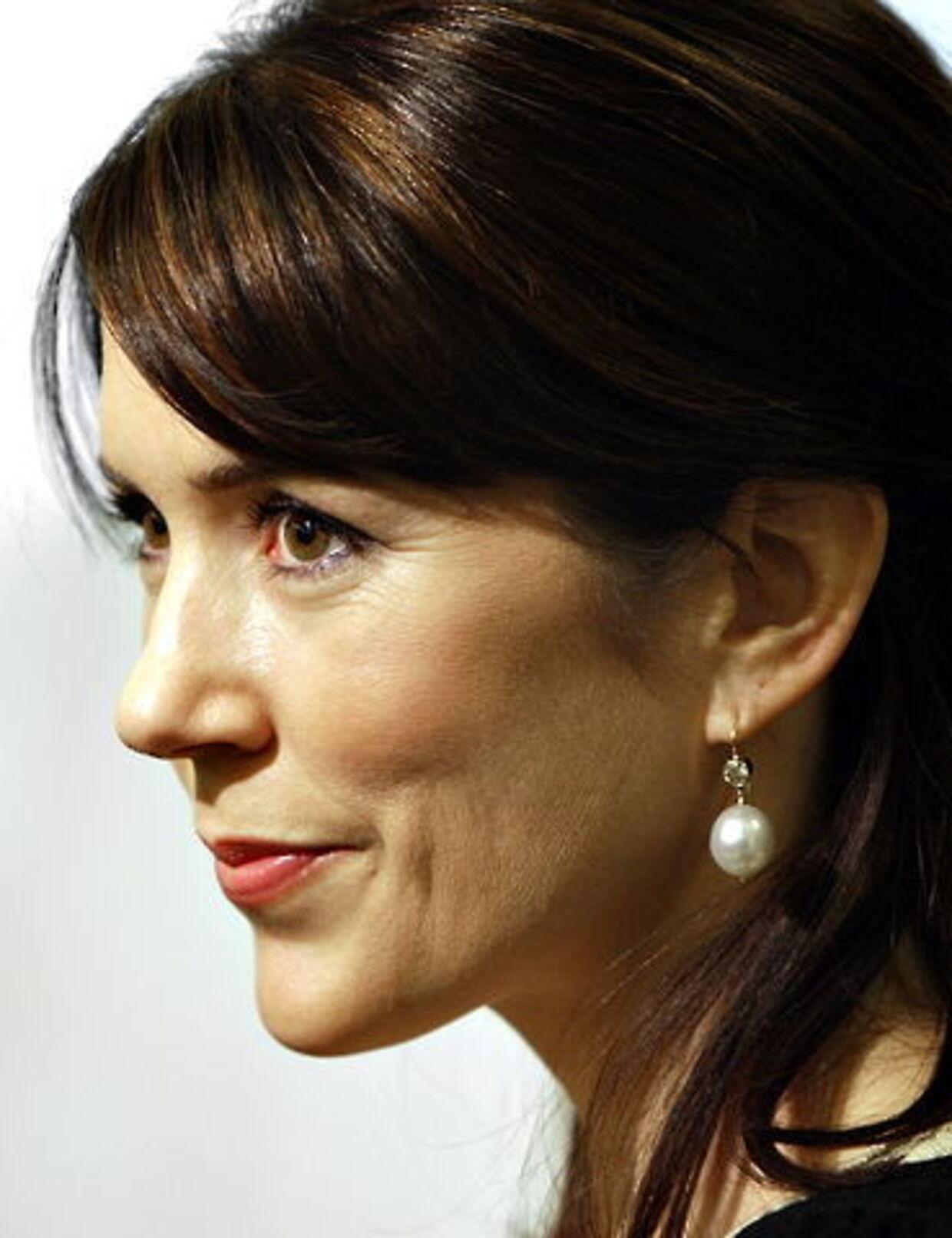 Et kreativt te-firma er blevet irettesat af Hofmarskallatet for at have misbrugt kronprinsesse Mary i markedsføringsøjemed.