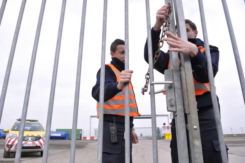 Sikkerhedsfolk i lufthavnen i Bruxelles, som mandag var udsat for et gigantisk diamant-kup, sikrer et hegn på lufthavnsområdet. Nu viser det sig, at de otte røvere angiveligt var klædt som politifolk.