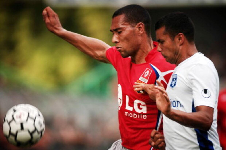 Auxerres tredobbelte målscorer, norske John Carew, tv, i kamp med Auxerres Jean-Sebastien Jaures. Foto: AFP