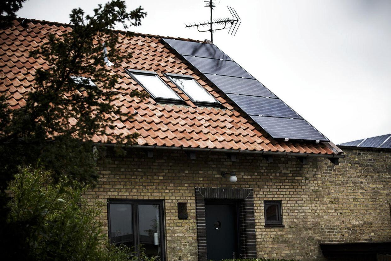 Klimaministerens solcelleanlæg er installeret på hjemmets tag kort før de nye, dyrere regler rammer danskerne.