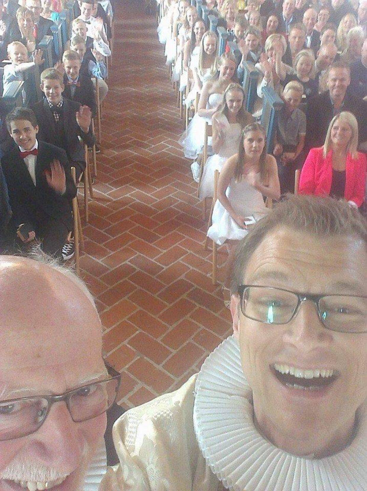 Hvide Sande-præsterne Thomas Kristensen (tv) og Daniel Kristiansen (th) er blevet et stort hit på Facebook.
