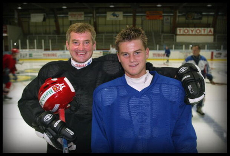 Slava Truhno, der her ses (th) sammen med sin far Leonid, scorede og lavede en assist i en træningskamp for Edmonton Oilers.