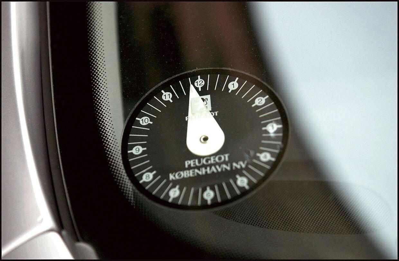 -Arkiv- SE RITZAU Transportminister ændrer udskældte p-regler. BV.: Parkeringsskive i forruden på en bil.