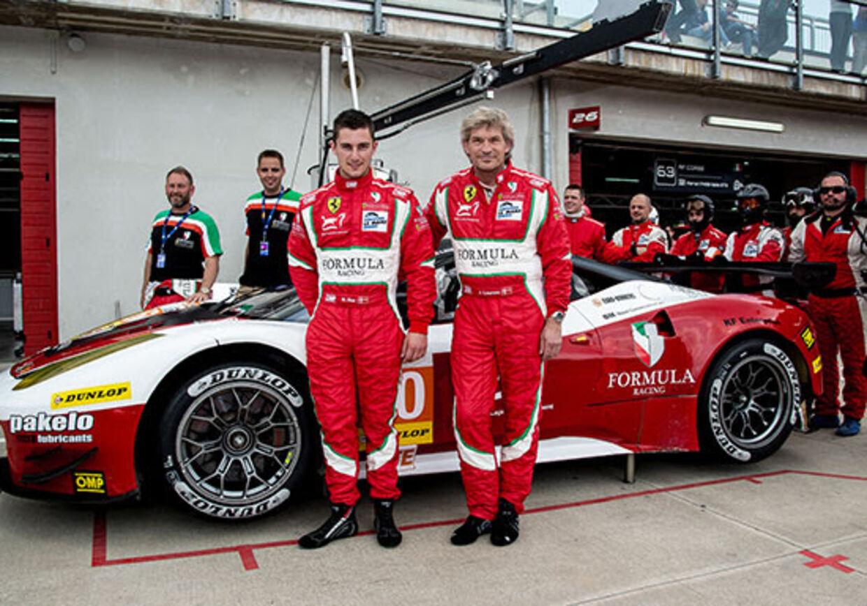 Mikkel Mac og Johnny Laursen sammen med resten af teamet.