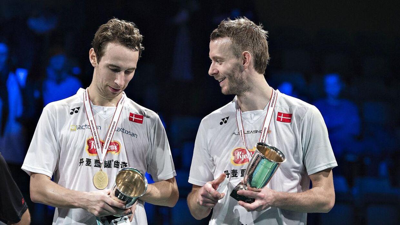 De franske badmintonherrer støtter Carsten Mogensen ovenpå hans operation lørdag.