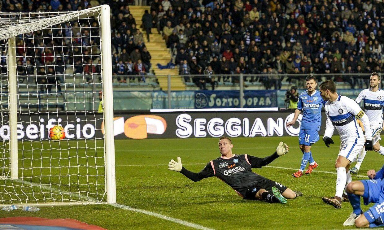 Mauro Icardi bringer her Inter foran mod Empoli. Kampen sluttede 1-0 .