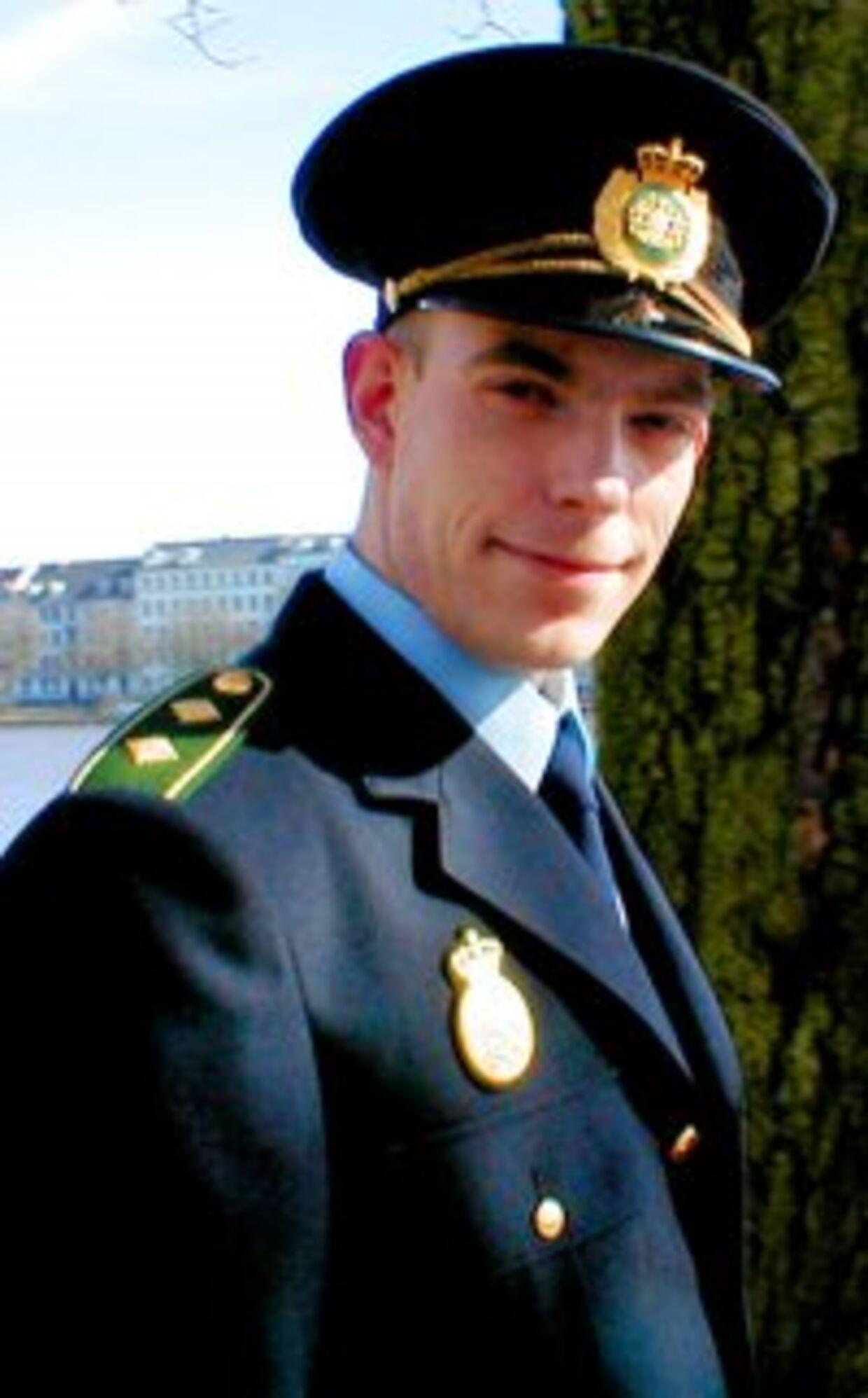 Mads Steen, manden bag den falske TV-Avis, der godt kan lide at tage fusen på autoriteter. Her er hans profilbillede fra Facebook, hvor han er iført to-stjernet politiuniform.