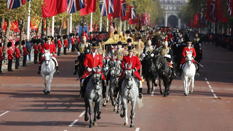 Der er pompt og pragt over den britiske dronning, når hun rykker ud, som her ved et kinesisk statsbesøg. I april fylder hun 90 år, og det bliver fejret i månedsvis i London.