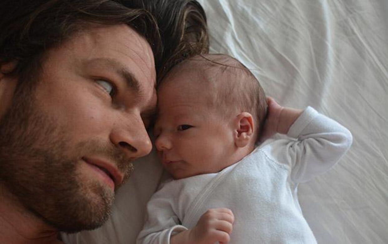 Thomas Skov Gaardsvig med sin lille datter.