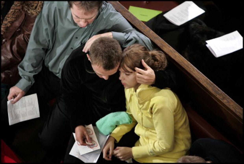 Michael Månsson på en af de forreste rækker i Københavns Domkirke var utrøstelig. Michael gik før gudstjenesten grædende <br>direkte i TV2 og fortalte om sin sorg - for at få det ud, som han sagde.<br>Foto: Liselotte Sabroe