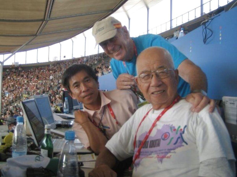 Heinrich Duholm, i midten, på det olympiske stadion i Belin til atletik-VM i 2009. Foto: Privat