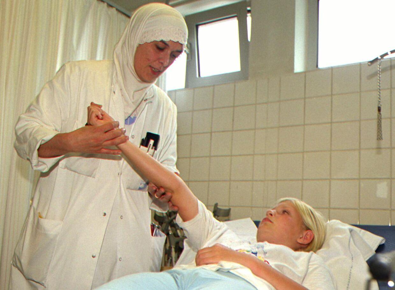 Bertel Haarder slår fast, at patienter har ret til at blive henvist til et andet hospital, hvis ikke de vil behandles af en læge med muslimsk tørklæde.