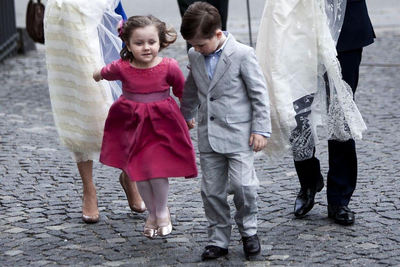 Prinsesse Isabella ses her ved ankomsten til Holmens Kirke til barnedåben af hendes to yngre søskende sammen med brormand Christian. Isabella er det mest populære danske pigenavn i år.