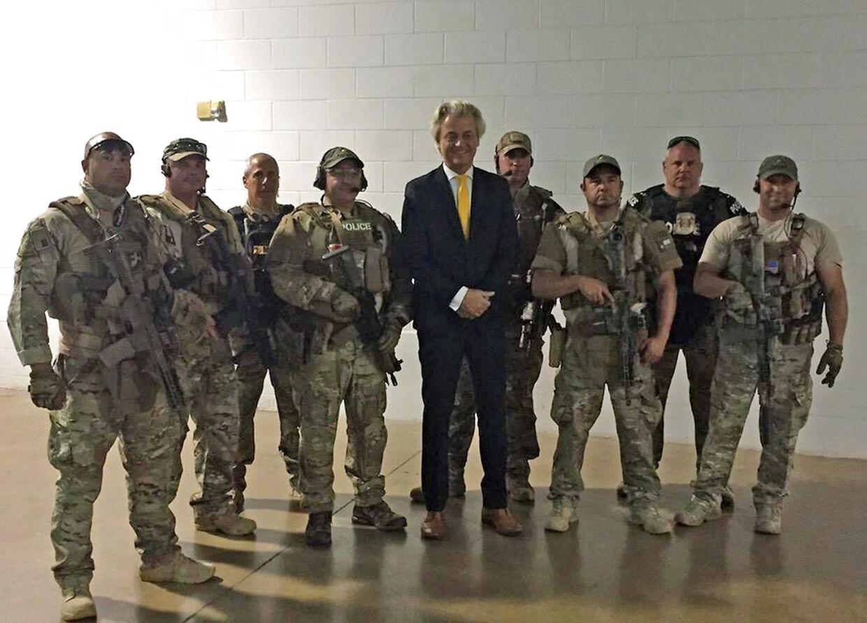 Den hollandske politiker Geert Wilders fotograferet sammen med medlemmer af et amerikansk SWAT-team, under udstillingen ' US Mohammed Art Exhibit' i Curtis Culwell Center i Garland, Texas.