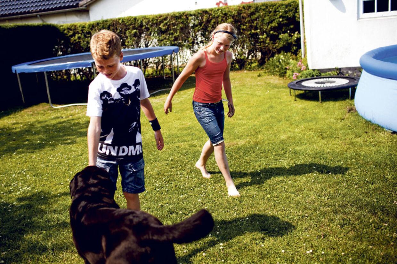 Mathilde har været svært invalideret af borrelia og familien fik ikke hjælp i Danmark. Men efter de tog til Tyskland kan Mathilde nu lege med lillebror Frederik og hunden Julius igen.