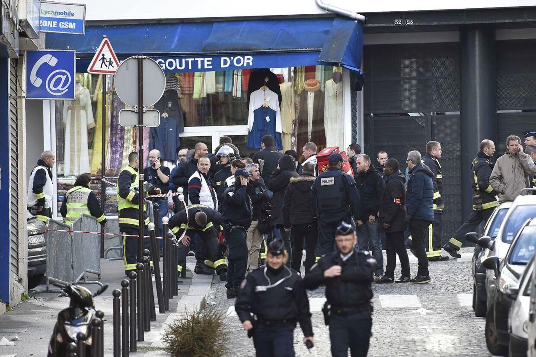 Politiet har været massivt til stede på Rue da la Goutte d'Or, hvor en mand er blevet skudt og dræbt af politiet, da han forsøgte at trænge ind på politistationen.