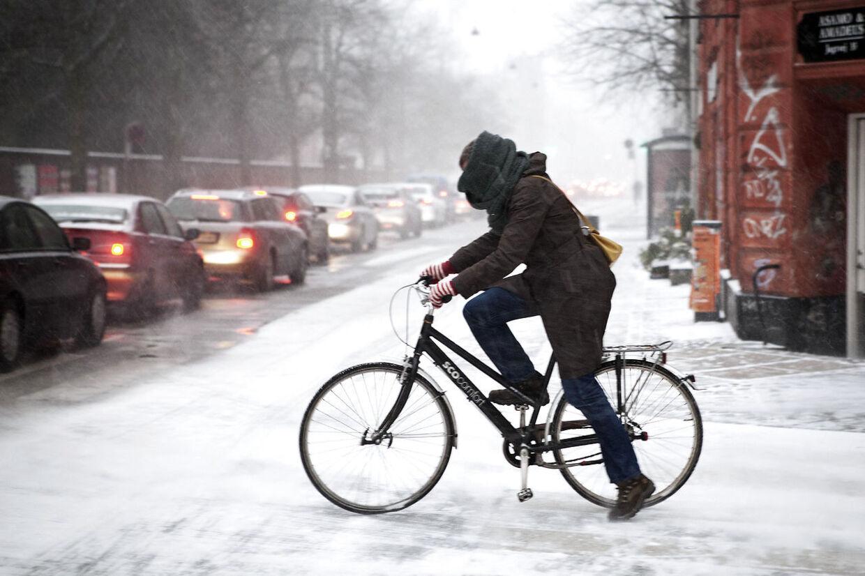 Klæd dig godt på, når du vover dig uden for de kommende dage. Det bliver nemlig bidende koldt. (Arkivfoto)