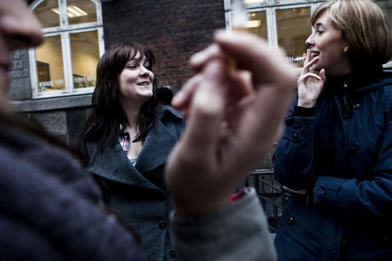 Omkring hver fjerde unge ryger mere i perioder med stress eller nedtrykthed.