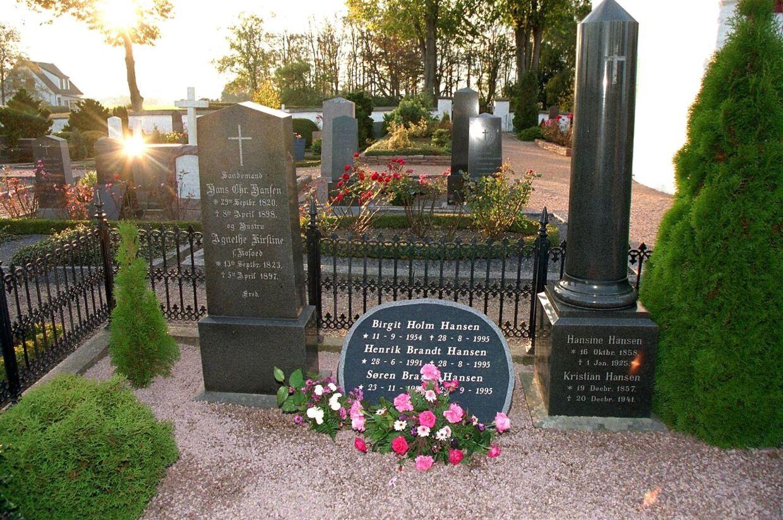 Ofrene for den 42-årige børnelæge Elisabeth Wæver, der ved et nævningeting i Rønne blev idømt livsvarigt fængsel for mordbrand, ligger begravet her på Bodilsker kirkegård ved Nexø.
