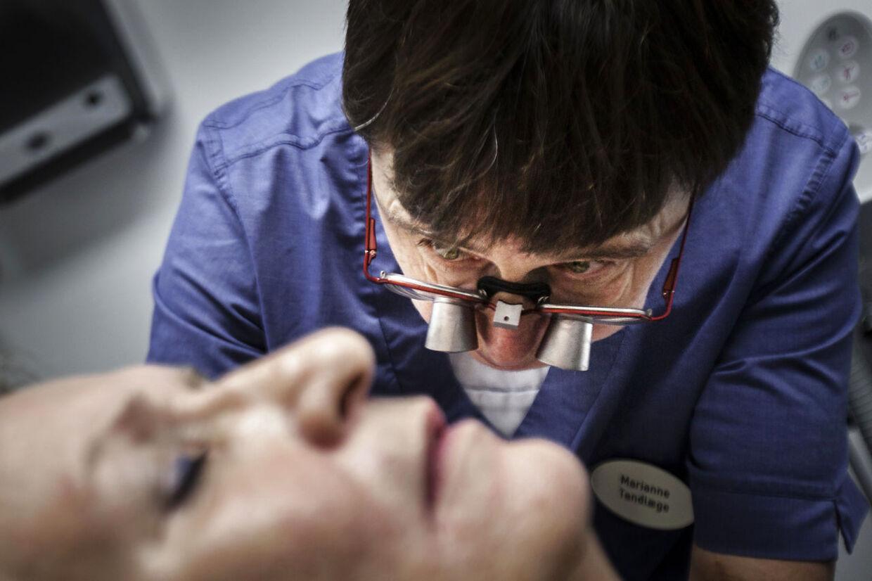 Tandlæge Marianne Holst-Knudsen i Herlev behandler tænderskæren blandt andet med akupunktur, som det ses her på billedet.
