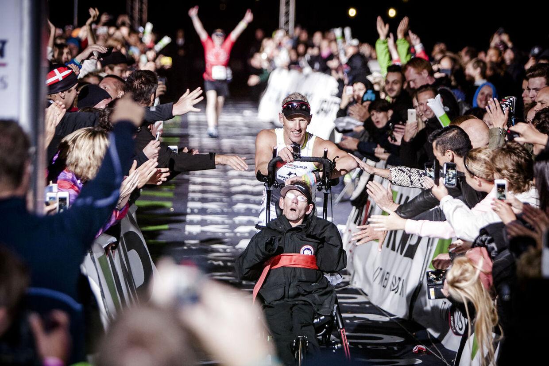 Publikumsdarlings Team Tvilling hyldes ved målstregen til KMD Ironman Copenhagen, hvor omkring 3.000 personer deltog. De svømmede 3, 8 km i lagunen ved Amager Strand, cyklede 180 km i Nordsjælland og sluttede af med et marathon i Københavns gader. Steen fragtede egen mand sin lamme bror Peder gennem dagens tre udfordringer.