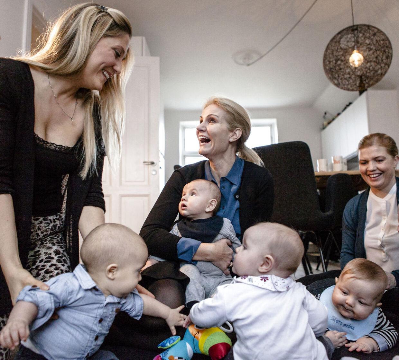 Statsminister Helle Thorning-Schmidt besøger en mødregruppe i Valby for at høre, hvordan de følte sig behandlet i hospitalssystemet gennem fødslen.