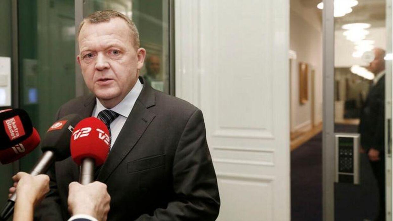 Statsminister Lars Løkke Rasmussen har truet med at udskrive valg, hvis De Konservative fastholder mistilliden til Eva Kjer Hansen. Han mødte kort pressen efter krisemødet i blå blok onsdag. Her fortalte han, at han torsdag ville indkalde de borgerlige partier til forhandlinger om en tillægsaftale til landbrugspakken.