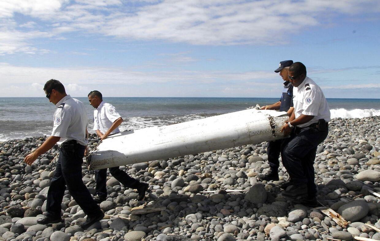 Her bæres en vragrest væk, efter det skyllede op på stranden ved fransk La Reunion væk. Franske myndigheder udtalte i den forbindelse, at de var sikre på, at flydelen kom fra MH370.
