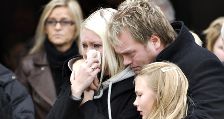 Uforståeligt for alle valgte Johnny Hansens hustru at tage sit eget liv, og Johnny Hansen kæmper nu med smerten over tabet og alle spørgsmålene om 'hvorfor'.
