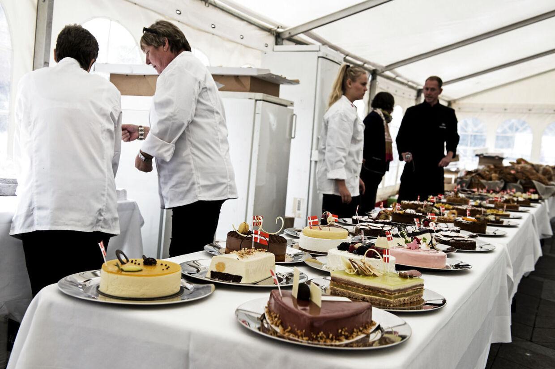 Her et billede af langbordet med finalekagerne og -brød. Se link i artiklen herunder for flere billeder fra dagen.