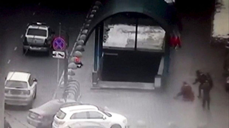 Her ses et stil-billede fra en overvågningsvideo, hvor kvinden bliver overmandet, og efterfølgende anholdt.