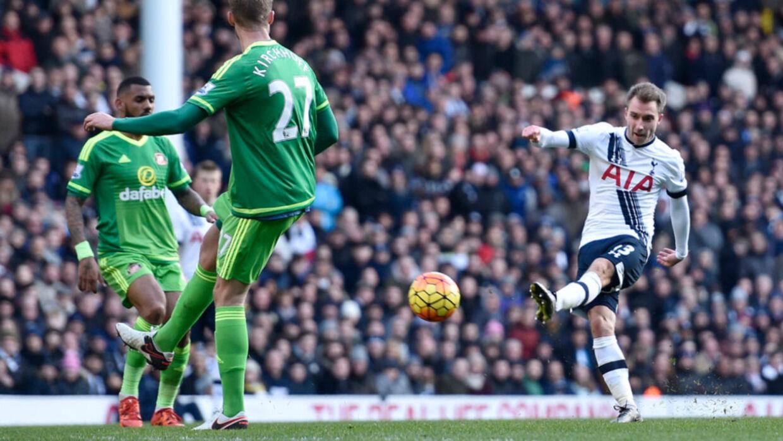 Christian Eriksen (th.) nyder stor anerkendelse i England for sit flotte spil i Premier League