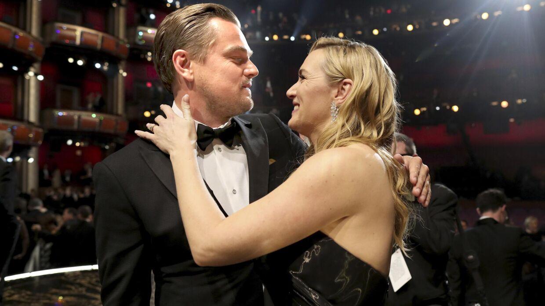 Kate Winslet var næsten mere glad end Leonardo DiCaprio var, da han mandag vandt sin første Oscar.