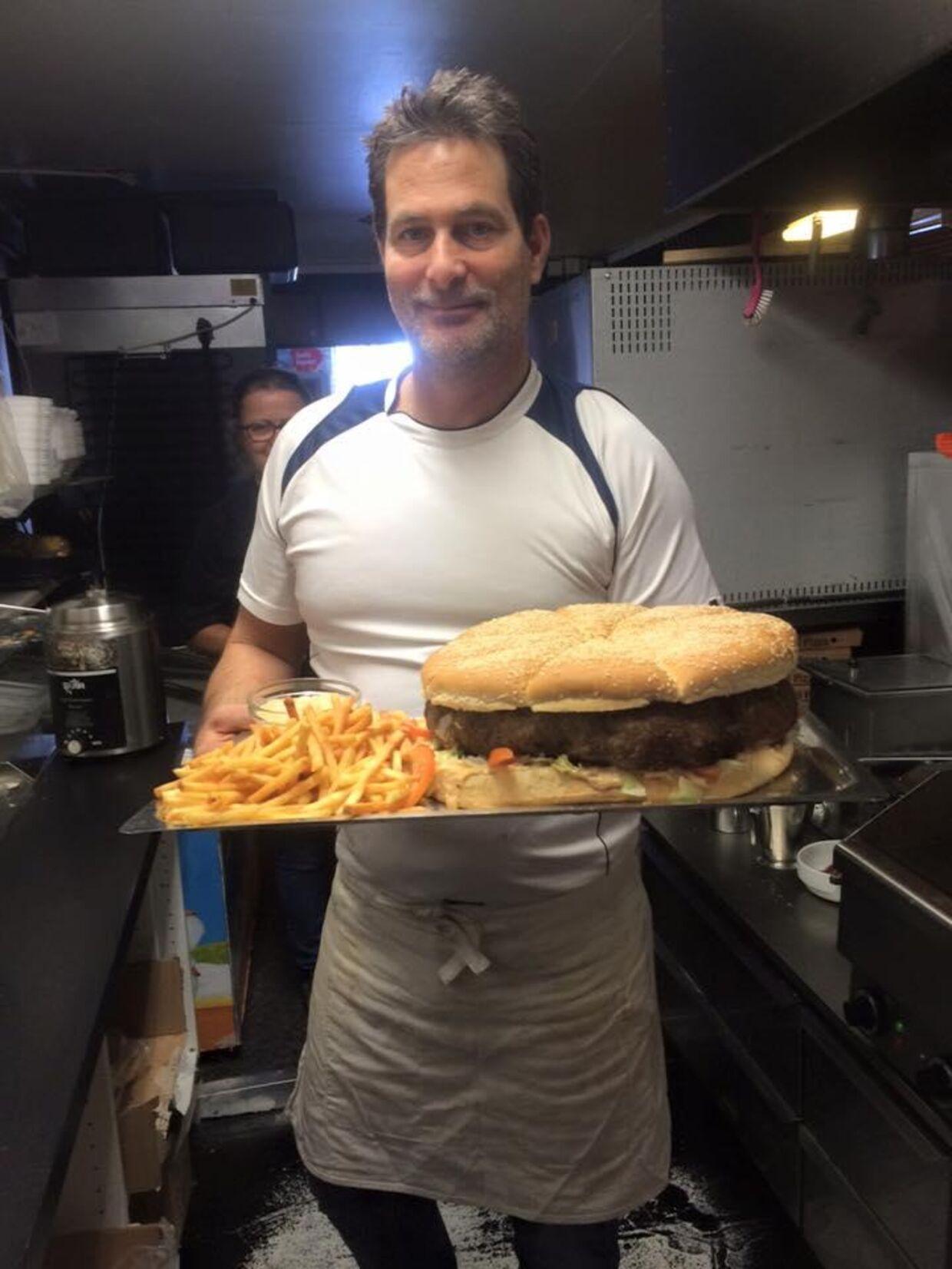 Det tager omkring en time at tilberede den voldsomt store burger.