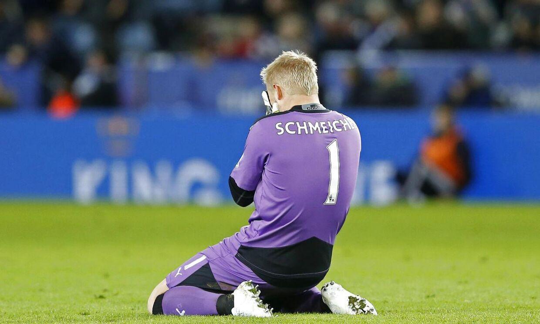 Kasper Schmeichel ærgrer sig over en afbrænder fra Jamie Vardy til allersidst i kampen mellem Leicester og West Bromwich Albion, som sluttede 2-2.