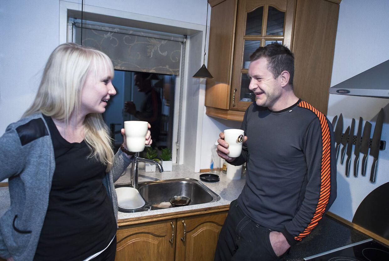 Randi og Niels fra Gift ved Første Blik er et af de par, der har valgt at blive sammen. Her kl. 06.00 lige før Nils skal på arbejde.
