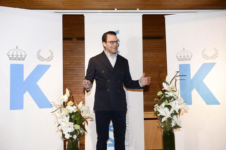 En storsmilende prins Daniel på Karolinska hopsital efter hans kone, kronprinsesse Victoria, havde født den 2. marts.