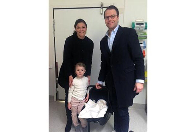Her mødte storesøster Estelle sin nye lillebror for første gang på hospitalet efter fødslen.