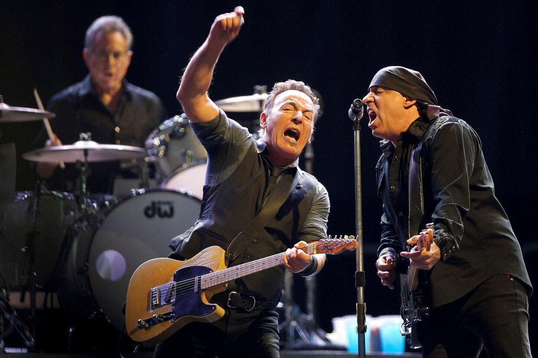 Her er Bruce Springsteen på scenen sammen med sit E-Street Band