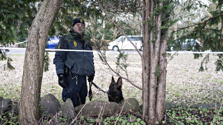 To personer blev onsdag formiddag fundet døde på et græsareal på Mariebjerg Kirkegård i Gentofte nord for København.