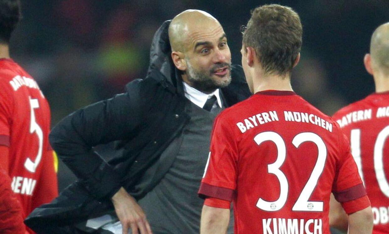 Josep Guardiola forklarer Joshua Kimmich et og andet efter Bayern Münchens uafgjorte kamp mod Borussia Dortmund
